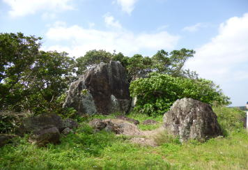 明和大津波 慰霊碑前の石